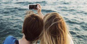 De ce ies pozele invers în selfie pe un telefon Android