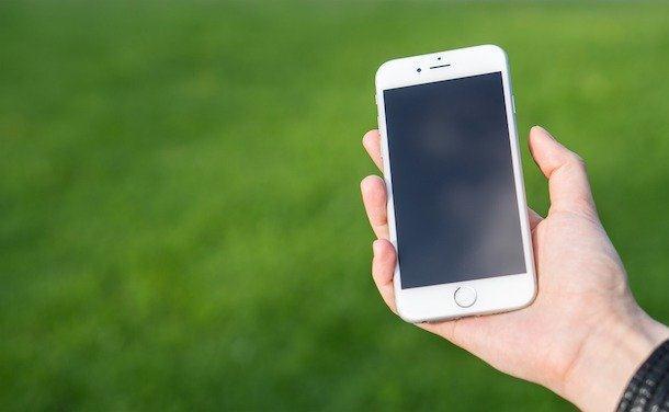 iPhone blocat cu mărul pe ecran