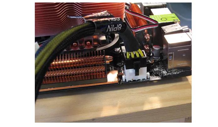 Conectarea sursei la placa de bază mufa cu 4 pini
