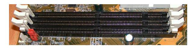 Montare memorie RAM sloturile de pe placa de baza